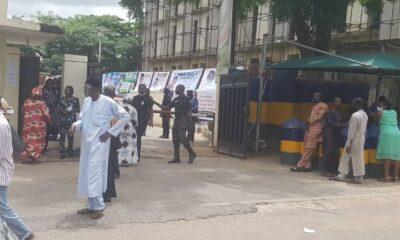 APC CRISIS : Nigeria Police Officers Shutdown Abuja Secretariat