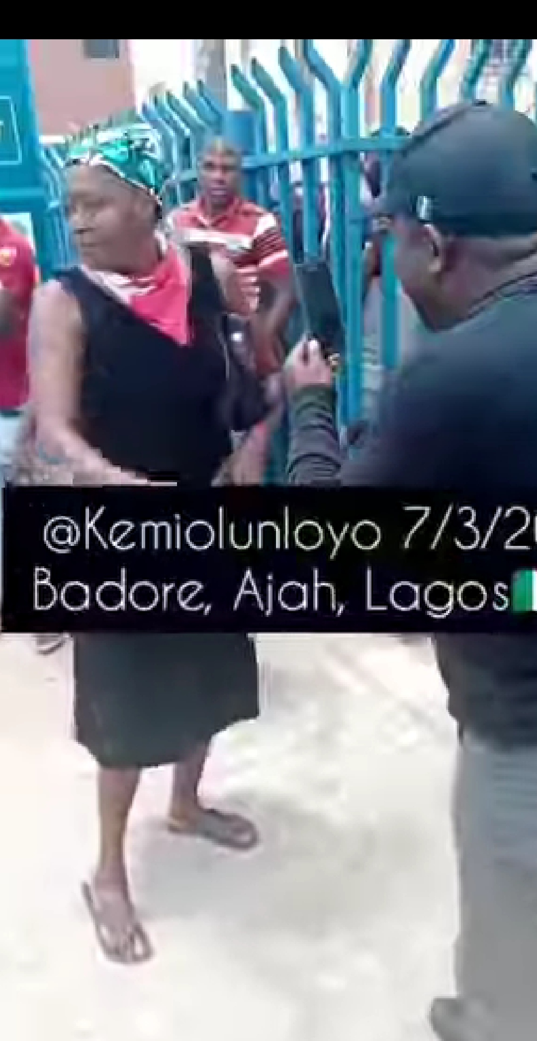 Kemi Olulonyo And SARS Officers Clash In A Lagos Bank